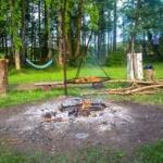 Ognisko i wakacje nad wodą, agroturystyka w lesie z wędkowaniem